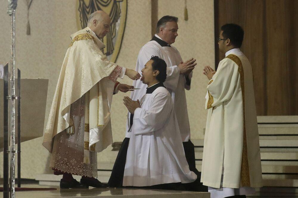 Arcebispo Salvatore Cordileone (à esquerda) administra a Santa Ceia durante a celebração de Páscoa na Catedral de Santa Maria, em São Francisco, EUA