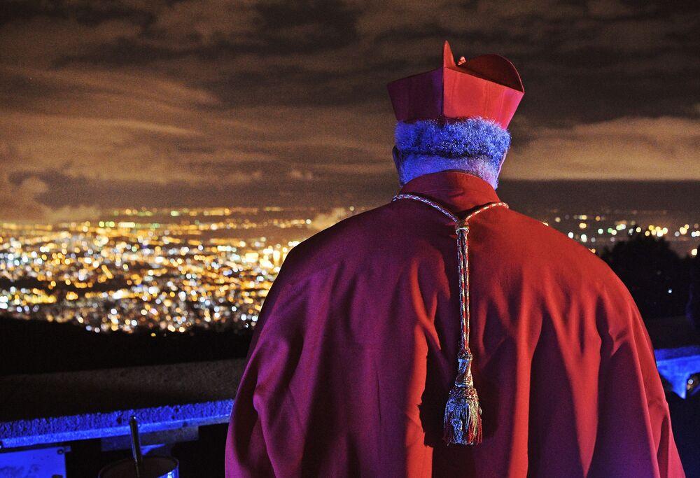 Arcebispo da Arquidiocese de São Sebastião do Rio de Janeiro, Dom Orani João Tempesta, olha para a capital fluminense antes de iniciar celebração da Páscoa no Cristo Redentor