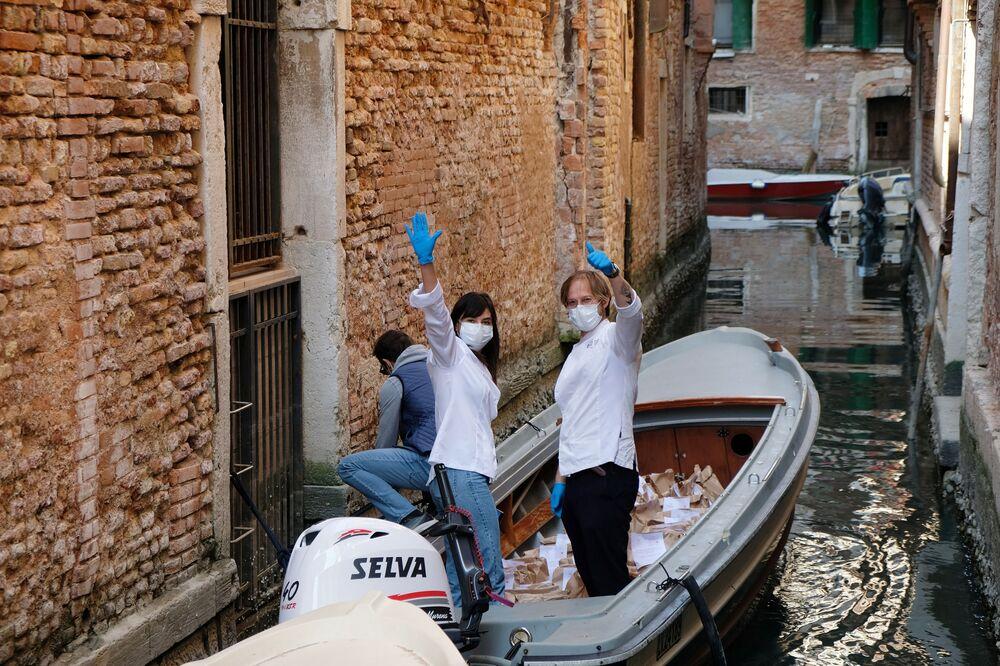 Restaurante Birraria La Corte entrega comida a funcionários de um hospital durante o Domingo de Páscoa em meio à quarentena na Itália