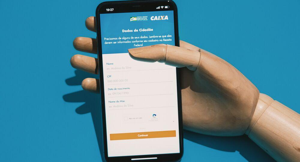 Celular com o aplicativo do Auxílio Emergencial da Caixa Econômica Federal