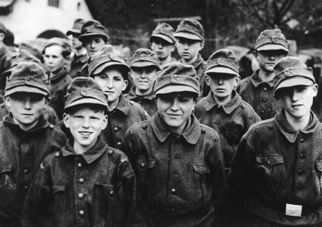 Crianças alemãs em uniforme da milícia nacional Volkssturm (Tormenta do povo), abril de 1945