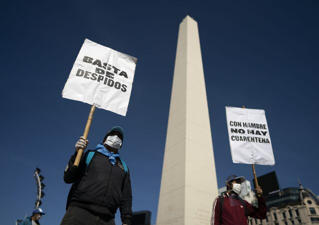Homens, com máscaras para se proteger do coronavírus, protestam no centro de Buenos Aires, Argentina