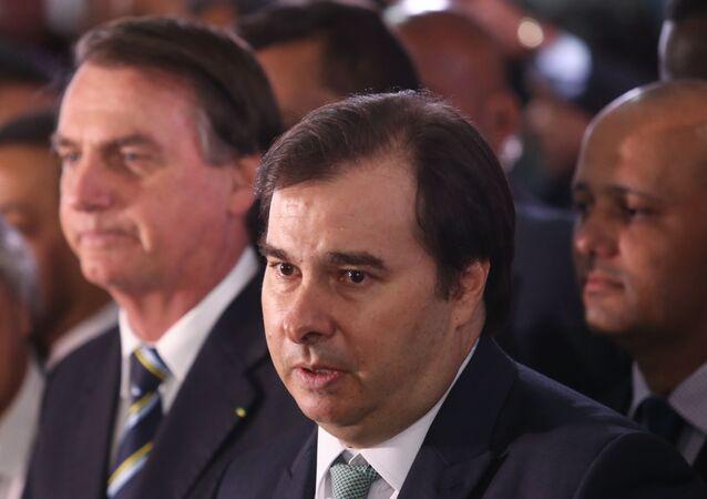 Presidente Jair Bolsonaro deixa a Câmara dos Deputados acompanhado pelo presidente da Casa, deputado Rodrigo Maia