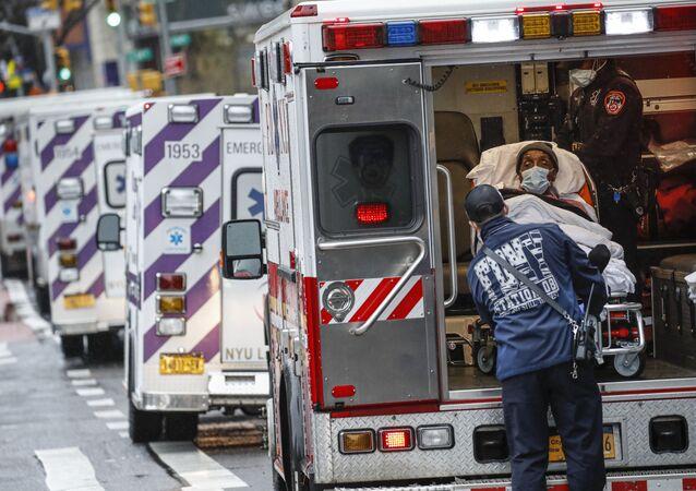 Paciente sendo retirado de ambulância durante a pandemia da COVID-19 em Nova York, EUA, 13 de abril de 2020