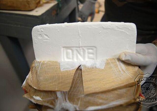 Policial federal mostra tijolo de cocaína apreendido em Manaus (foto de arquivo).