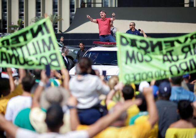 Coronavírus: presidente Jair Bolsonaro participa de ato em Brasília contra as medidas de isolamento social e que também teve slogans pedindo uma intervenção militar