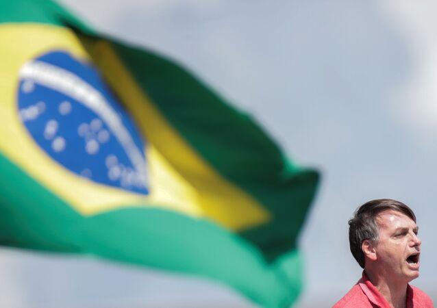 Presidente do Brasil, Jair Bolsonaro, participa de carreata a favor da intervenção militar e contra a quarentena, em Brasília, 19 de abril de 2020