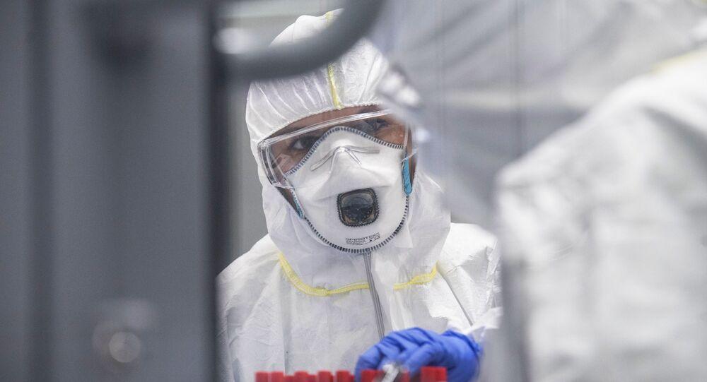 Técnico de laboratório fazendo testes de detecção de infecção por coronavírus (foto de arquivo)