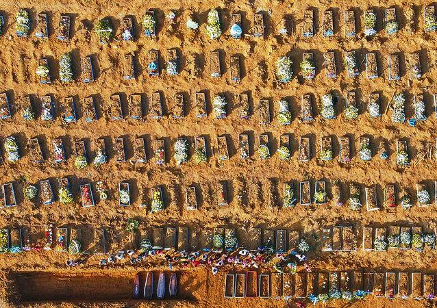 Vala comum no cemitério Parque Taruma, na capital do estado do Amazonas, Manaus, em 21 de abril de 2020