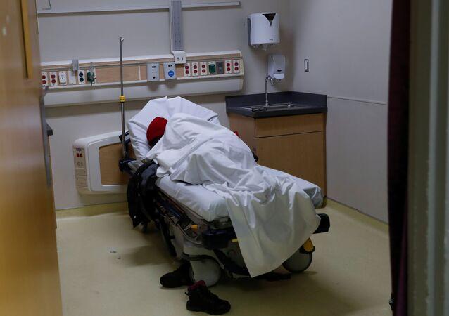 Paciente deitado em cama na emergência do Hospital Roseland Community, enquanto a doença do coronavírus (COVID-19) continua no sul de Chicago, estado de Illinois, EUA, 22 de abril de 2020