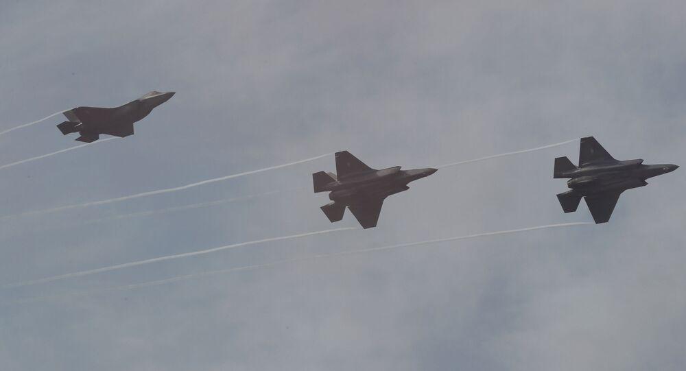 Caças F-35 da Força Aérea da Coreia do Sul voam durante o dia da imprensa na Exposição Internacional Aeroespacial e de Defesa de Seul 2019 no Aeroporto Militar de Seul em Seongnam, Coreia do Sul, 14 de outubro de 2019