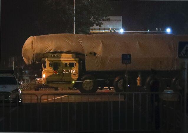 Veículo militar chinês carrega um míssil balístico - possivelmente nuclear - em Pequim