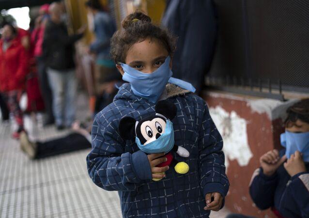 Criança com máscara para se proteger do coronavírus no Uruguai