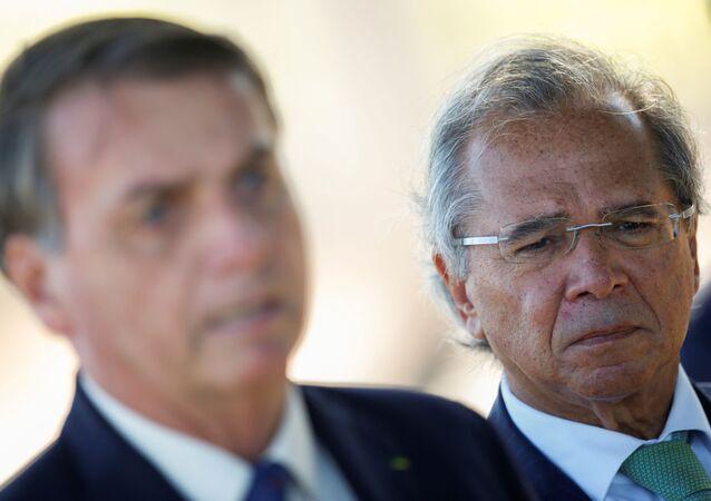 O presidente Jair Bolsonaro e o ministro da Economia, Paulo Guedes, deixando o Palácio da Alvorada, Brasília, Brasil, 27 de abril de 2020