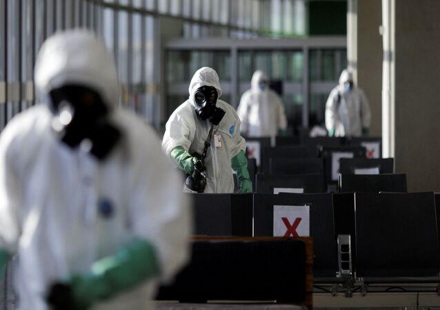 Militares da Marinha do Brasil desinfectando o Aeroporto Internacional Tom Jobim durante a pandemia de coronavírus, Rio de Janeiro, 24 de abril de 2020