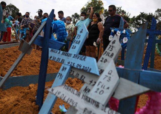Enterro coletivo no cemitério Taruma, na capital do Amazonas, Manaus, em 28 de abril de 2020