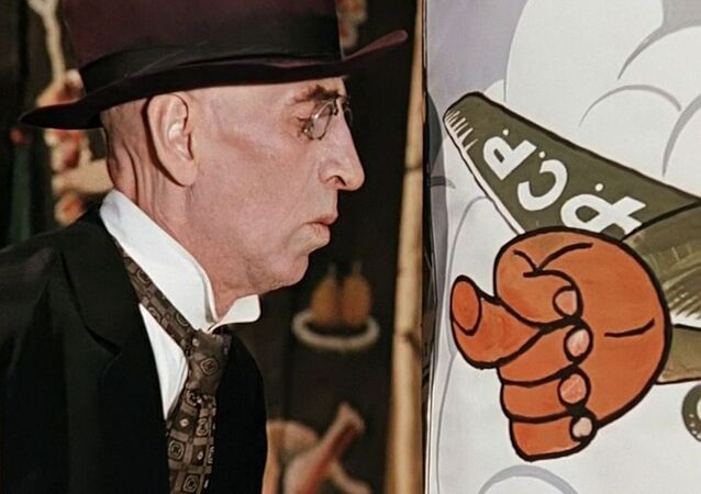 Personagem Hipólito olha cartaz soviético na comédia 12 cadeiras, de Leonid Gaidai