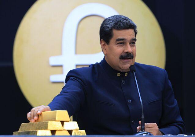 O presidente venezuelano Nicolás Maduro falando ao lado de lingotes de ouro em Caracas, em 22 de março de 2018