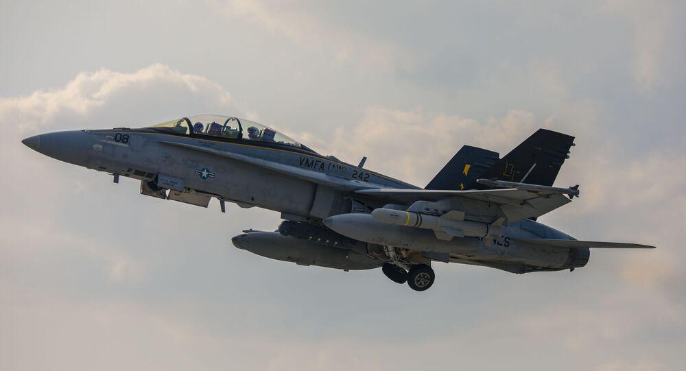 Um caça F/A-18D Hornet decola com mísseis AGM-84D Harpoon da Estação Aérea de Iwakuni, no Japão