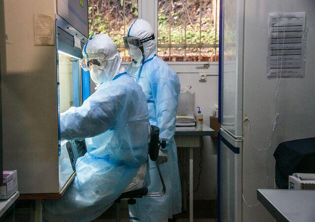 Laboratório examinando testes da COVID-19 (foto de arquivo)