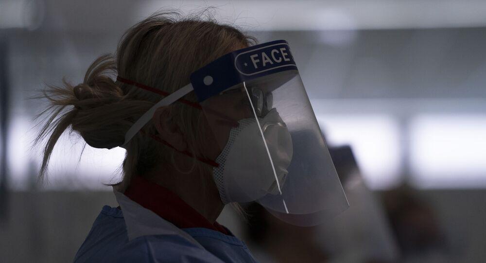 Médica com máscara de proteção contra o coronavírus em hospital de Manchester, no Reino Unido
