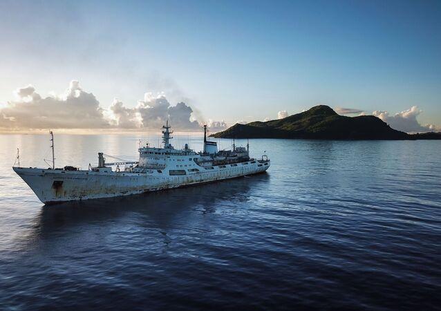 Navio oceanográfico Admiral Vladimirsky no oceano Índico
