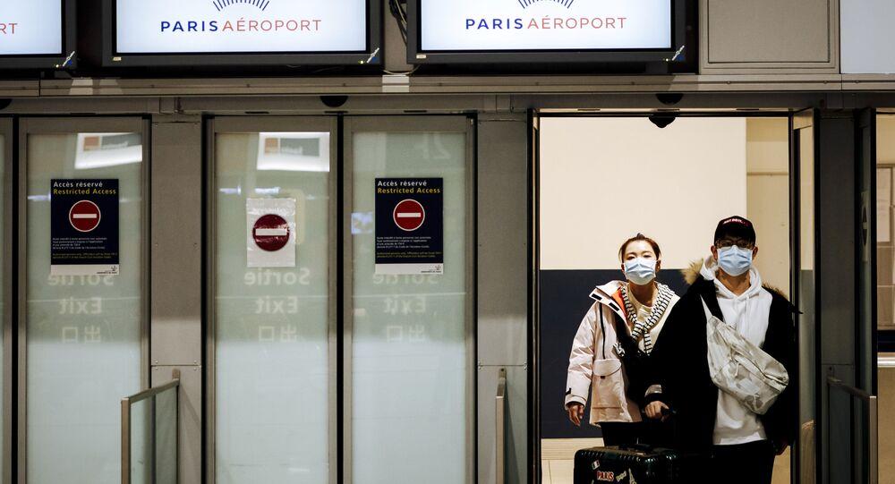 Passageiros desembarcam no aeroporto Charles de Gaulle, em Paris, na França.
