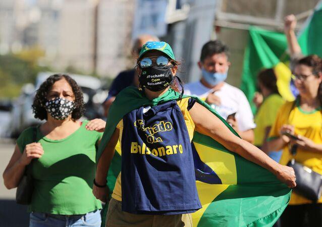 Manifestação em frente à Polícia Federal, em Curitiba-PR, no dia 2 de maio de 2020, quando o ex-ministro Sergio Moro foi ouvido na condição de testemunha sobre as acusações de que o presidente Jair Bolsonaro tentou interferir na Polícia Federal.