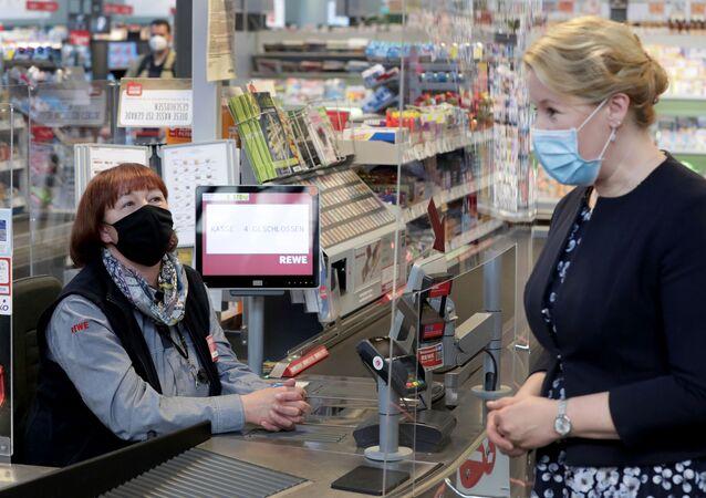 Ministra alemã Franziska Giffey faz compra em mercado de Berlim.