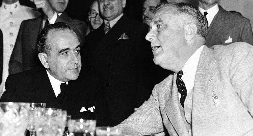 O presidente do Brasil, Getúlio Vargas, ao lado do presidente dos Estados Unidos, Franklin D. Roosevelt, em 1936.