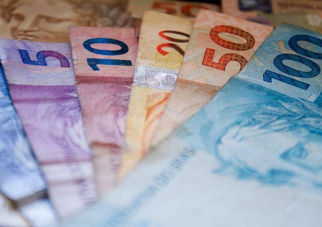 Notas no valor de 100, 50, 20, 10 e 5 reais.