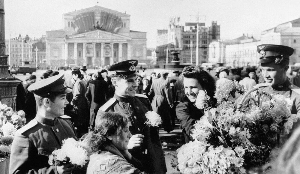 Soldados diante do Teatro Bolshoi, em Moscou, comemorando a vitória da União Soviética