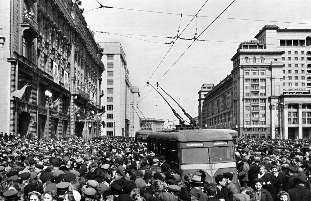 Multidão próximo à Embaixada dos EUA comemora vitória da União Soviética