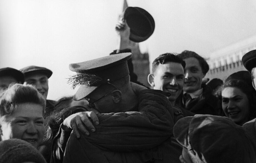Soldado beija mulher durante comemorações do fim da Grande Guerra pela Pátria