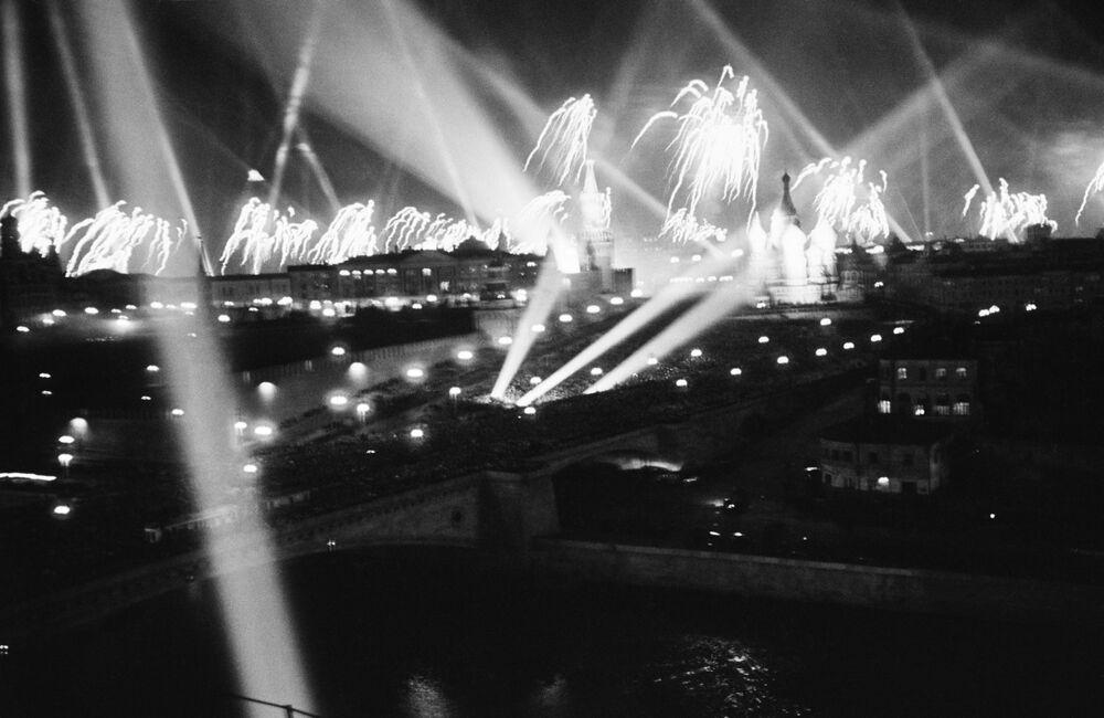 Fogos de artifício iluminam a Praça Vermelha em 9 de maio de 1945