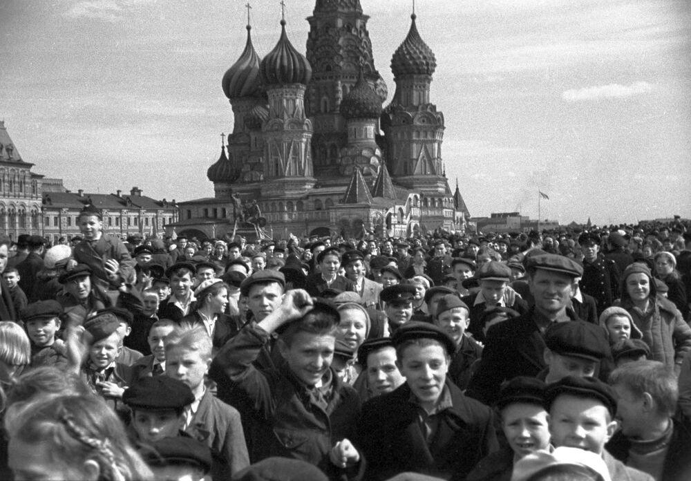 Multidão se aglomera na Praça Vermelha para comemorar a vitória na Grande Guerra pela Pátria