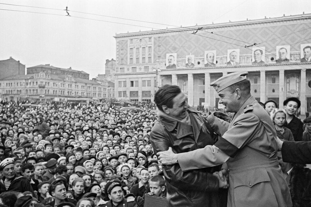 Soldados aliados celebram fim da Grande Guerra pela Pátria em meio à multidão em praça de Moscou