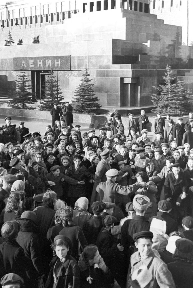 Pessoas comemoram vitória da União Soviética diante do Mausoléu de Vladimir Lenin