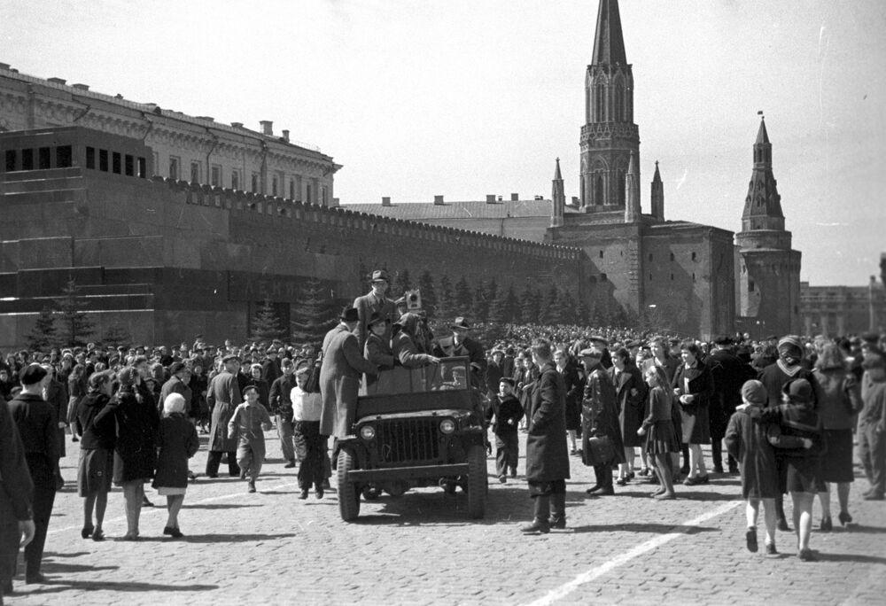 Cinegrafistas chegam à Praça Vermelha para filmar celebração do fim da Grande Guerra pela Pátria