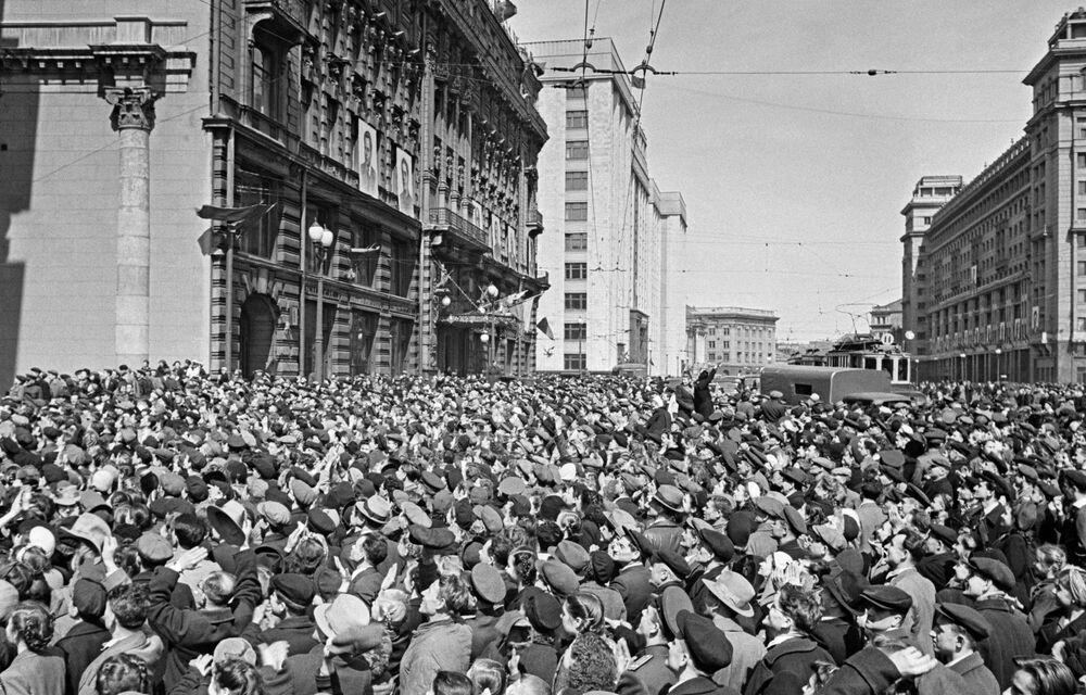 Multidão em rua de Moscou festeja vitória da União Soviética e aliados