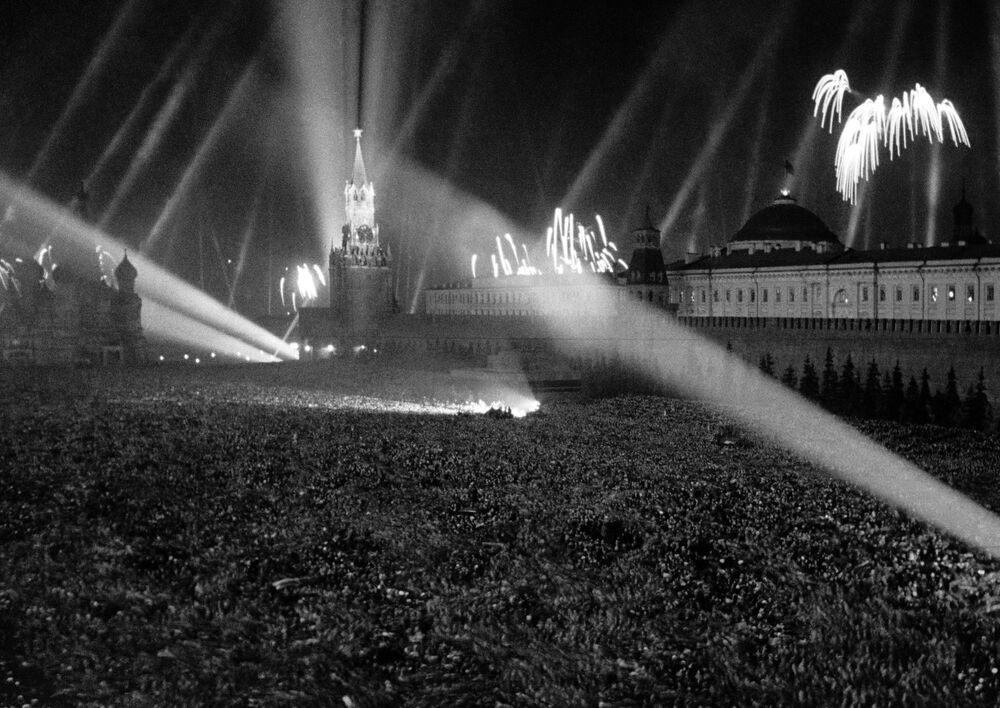 Fogos de artifício iluminam Praça Vermelha durante comemorações do fim da Grande Guerra pela Pátria