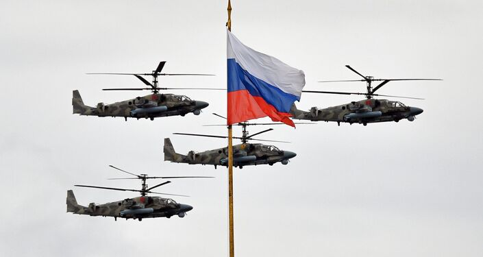 Helicópteros de ataque Ka-52 Alligator durante desfile do Dia da Vitória em Moscou
