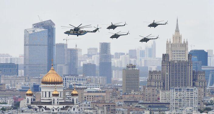 Helicóptero pesado Mi-26 e helicópteros Mi-8 sobrevoam Moscou durante o Dia da Vitória