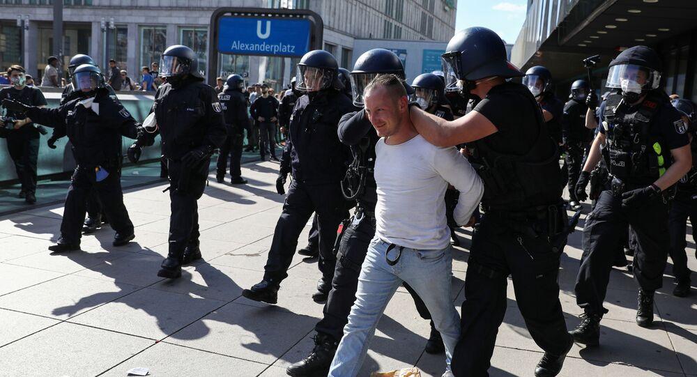 Um manifestante é detido por policiais na Alemanha durante um protesto em Berlim em 9 de maio de 2020, em meio à pandemia da COVID-19.