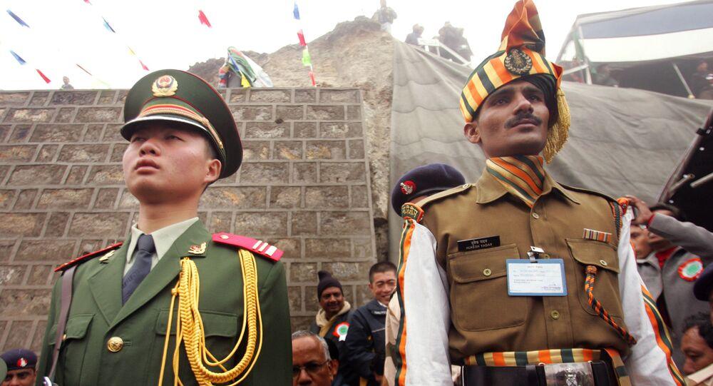 Um soldado chinês (à esquerda) e um indiano na fronteira internacional entre os seus países, no estado indiano de Siquim (imagem de arquivo)
