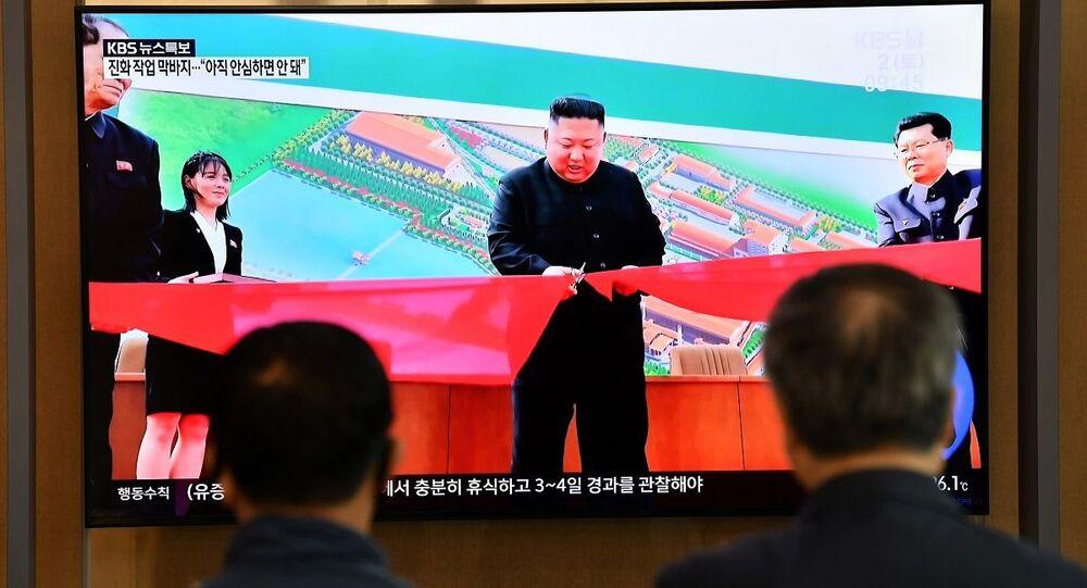 Sul-coreanos assistem à cerimônia de inauguração de fábrica de fertilizantes com Kim Jong-un na Coreia do Norte