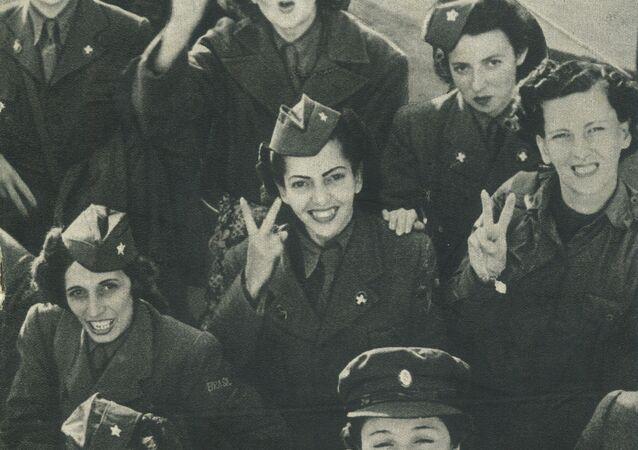 Recorte de jornal mostra enfermeiras brasileiras, após a vitória na Segunda Guerra Mundial