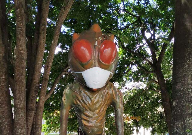 Estátua do ET de Varginha (MG), com o rosto coberto com uma máscara, Brasil, 22 de abril de 2020