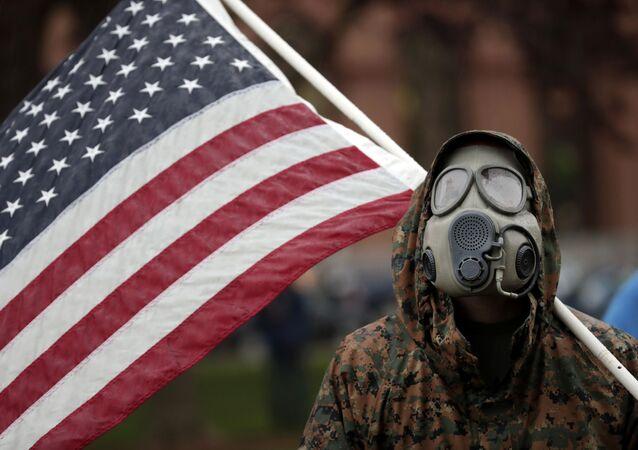 Manifestante contra as medidas de isolamento social protesta na cidade de Lansing, no estado de Michigan, nos EUA, 14 de maio de 2020