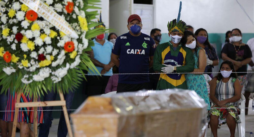 Familiares no funeral do cacique Messias Kokama, uma das principais lideranças indígenas de Manaus (AM), vítima da COVID-19, 14 de maio de 2020